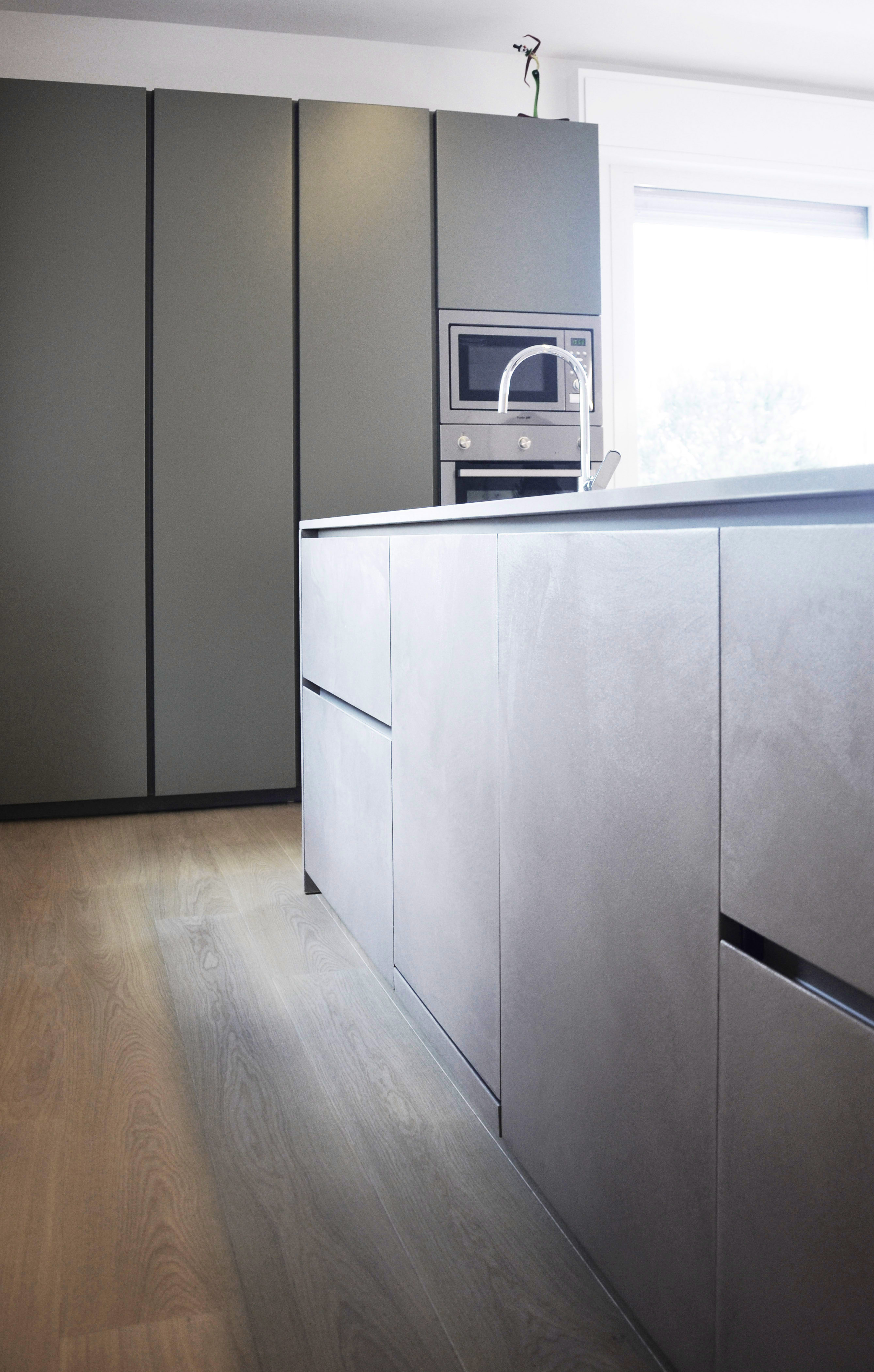 casa SP. isola cucina firmata stosa cucine. microcemento e colori naturali.