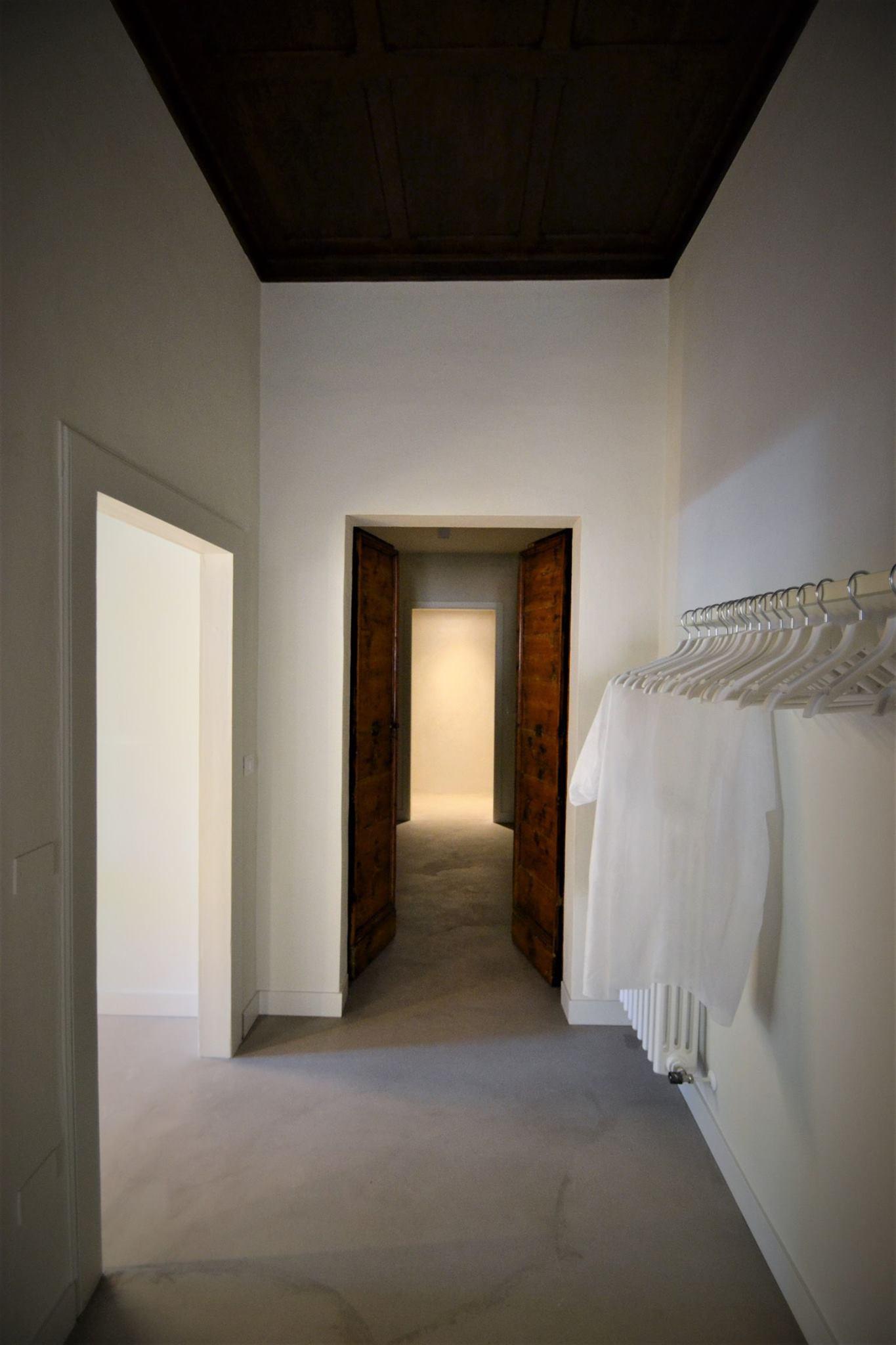 Arte e cura del capello. disimpegno che separa la sala attesa dalla zona colore e lavaggio. In fondo l'ingresso alla zona servizi.