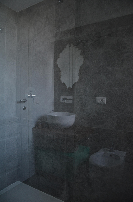 casa MG EG. giochi riflessi nel box del bagno principale. Rivestimento della Cerdomus nella finitura con decorazione floreale