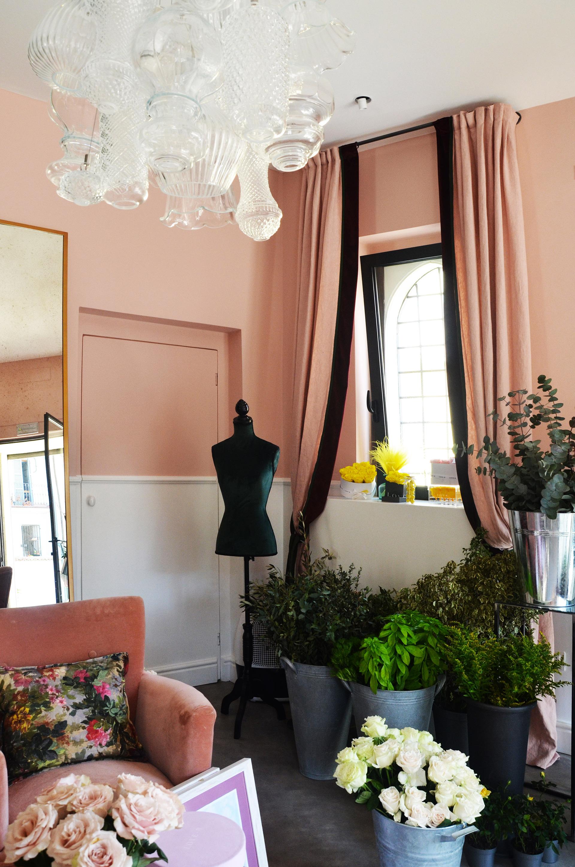 Love-r. in primo piano il lampadario di Karman di fossombrone (Pesaro): il c'era una volta. questa è la zona di ingresso. Lo spazio, accogliente e colorato dalle rose e dalle foglie nei vasi, ha le pareti caratterizzate da un bicolore, un cipria ed un bianco. La vetrina sullo sfondo affaccia su via gallizi.