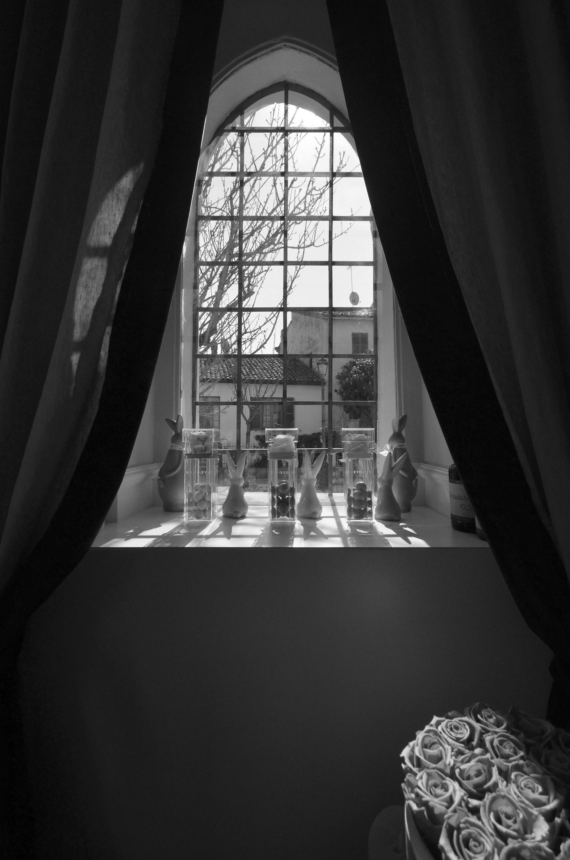 Love-r. la vetrina che affaccia su via garibaldi è caratterizzata da tessuti, abbinati perfettamente con l'ambiente e gl interni. Sono stati forniti dal negozio la Stanzina di Fano. Le piccole vetrine sono concepite come degli spazi flessibili da arredare e captare chi passa da corso Garibaldi.