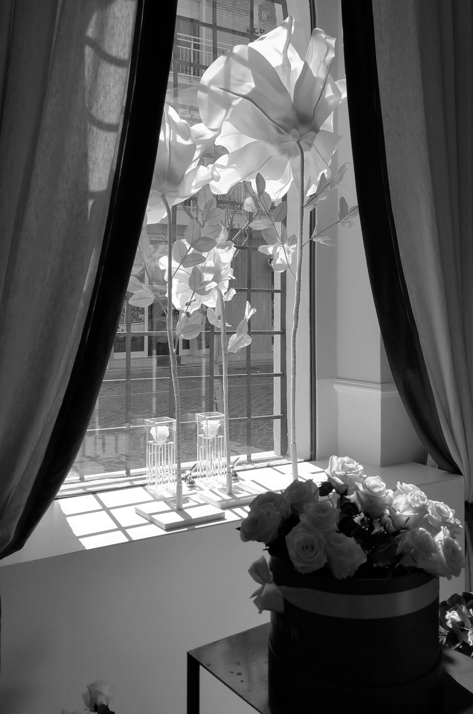 Love-r. due sono le vetrine che affacciano su via garibaldi. I tessuti, abbinati perfettamente con l'ambiente e gl interni sono stati foriti dal negozio la Stanzina di Fano. Le piccole vetrine sono concepite come degli spazi flessibili da arredare e captare chi passa da corso Garibaldi.