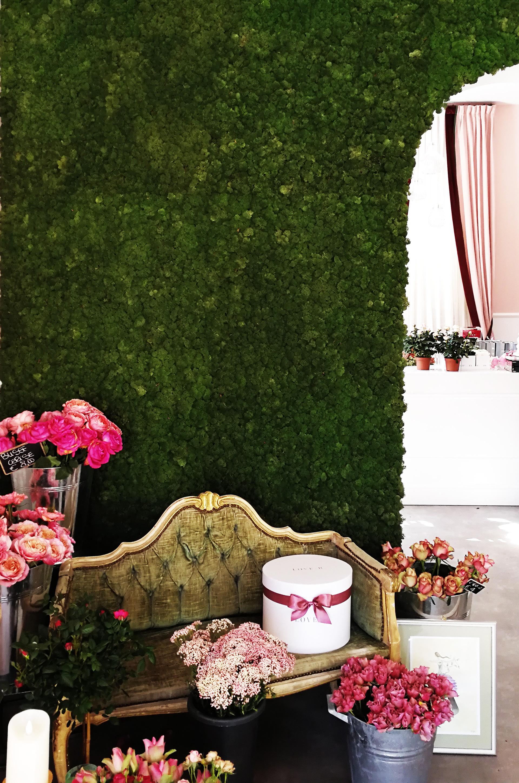 Love-r. entrando si nota subito la presenza scenica, discreta ma di impatto di una superficie verde, una parete in muschio stabilizzato della MOSSwale - MossTile. sullo sfondo si intravvede la zona operativa di preparazione delle composizioni e dei bouquet..