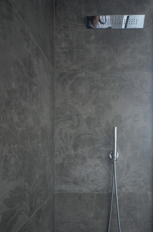 casa MG EG. particolare del soffione e del doccino nel bagno principale. Rivestimento della Cerdomus nella finitura con decorazione floreale
