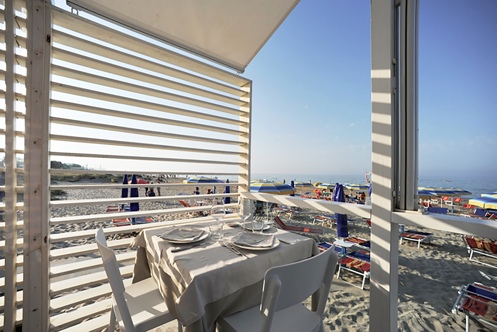 ristorante da ciccio. vista sul mare dalla terrazza sulla spiaggia.