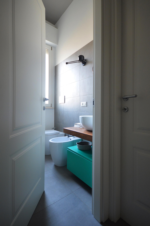 casa MG EG. il bagno visto dal disimpegno
