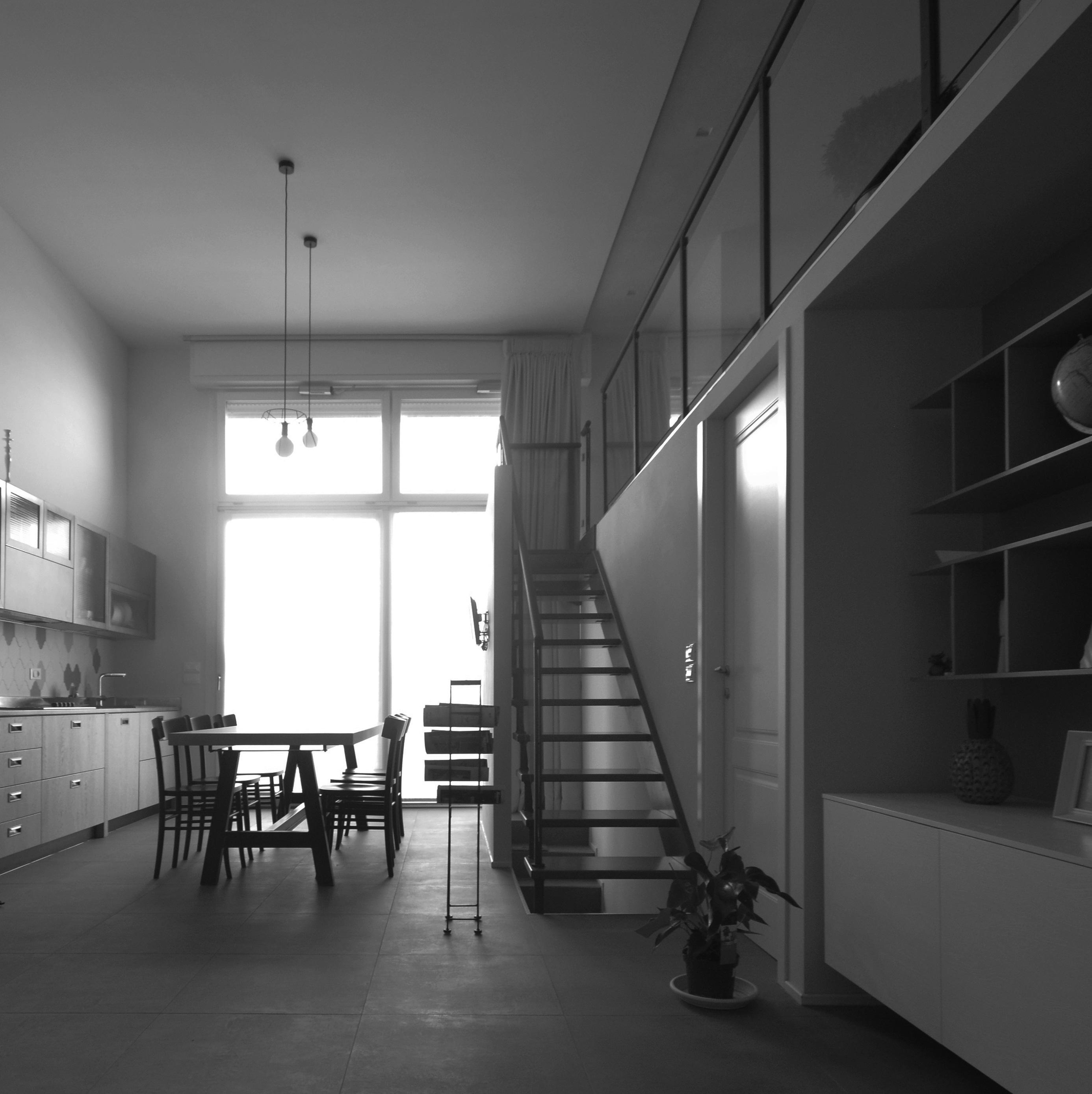 casa MG EG. la zona giorno è costituit da un grande open space e da un soppalco ballatoio dove è stata ricavata la zona lettura/ libreria