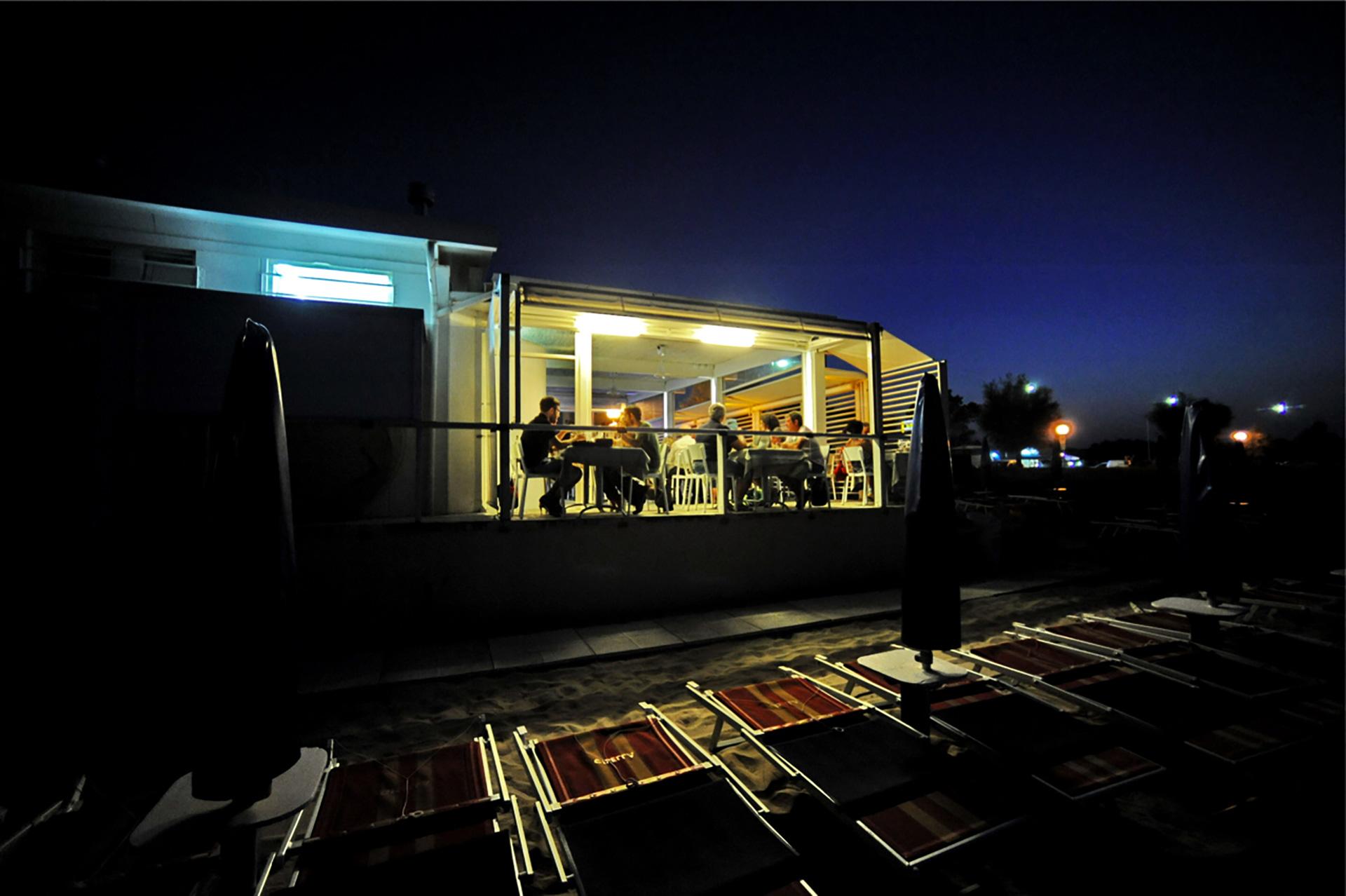 ristorante da ciccio. sala esterna in notturna vista dal mare.