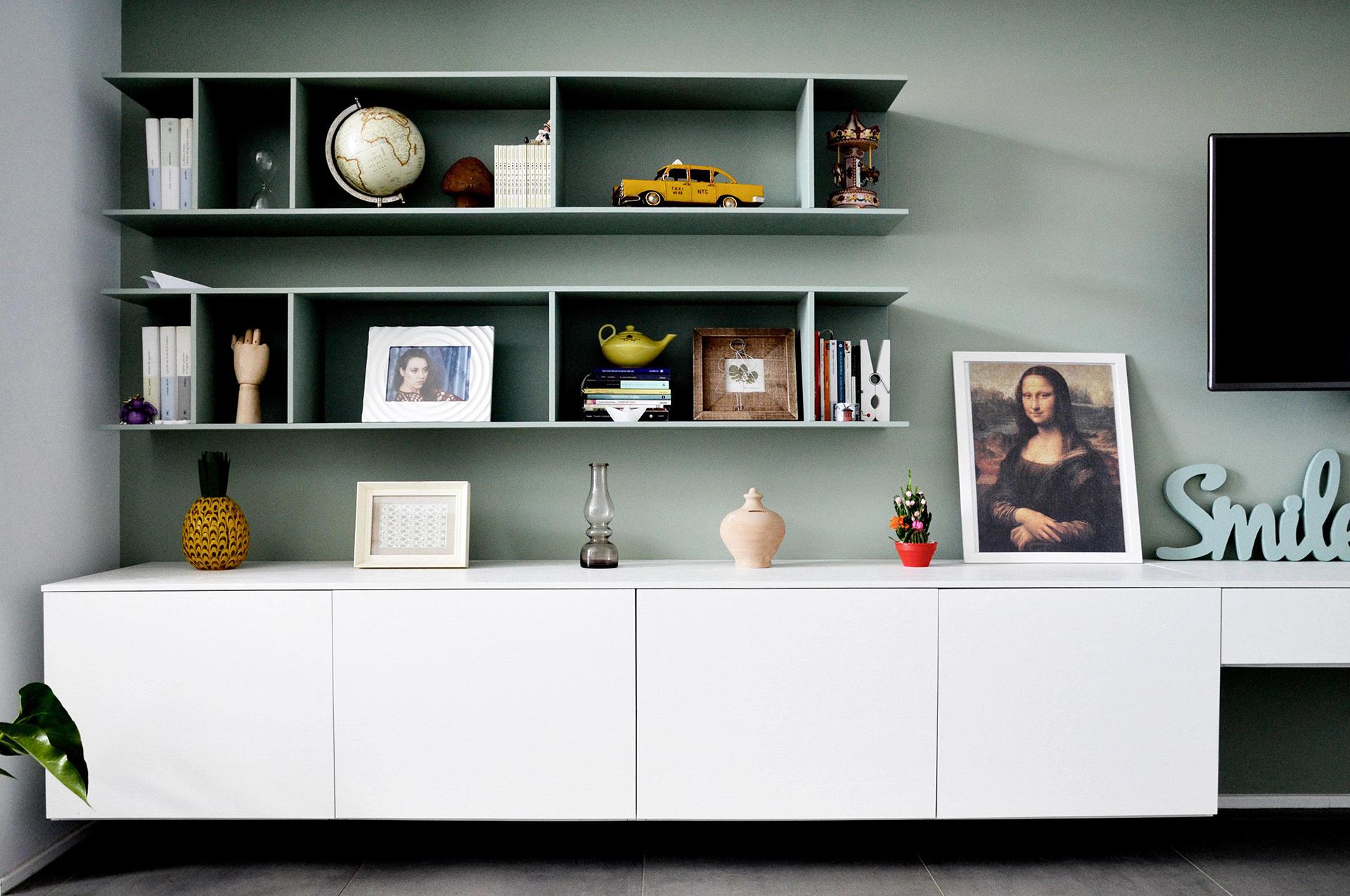 casa MG EG. la composizione della parete del soggiorno. interno di carattere, frizzante e minimale