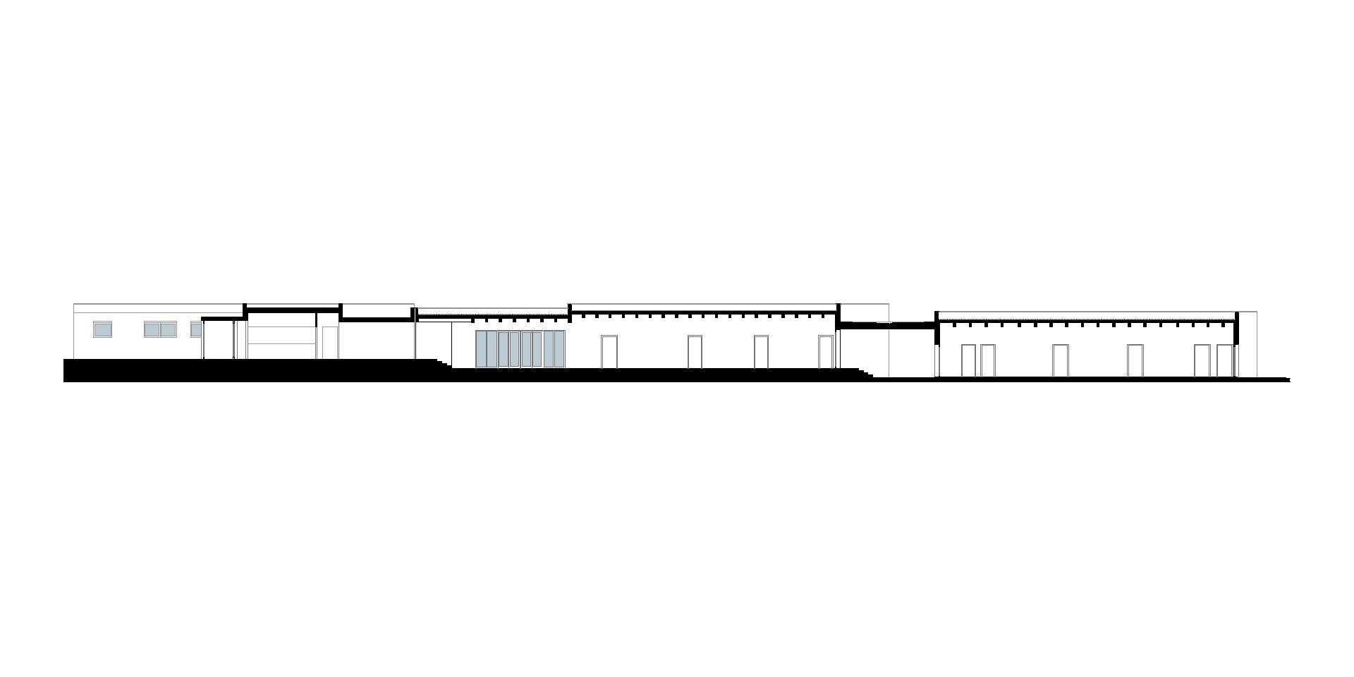 scuola materna e palestra. sezione longitudinale della scuola sull'asse distributivo che aiuta a comprendere la parte esistente e la nuova parte in ampliamento.
