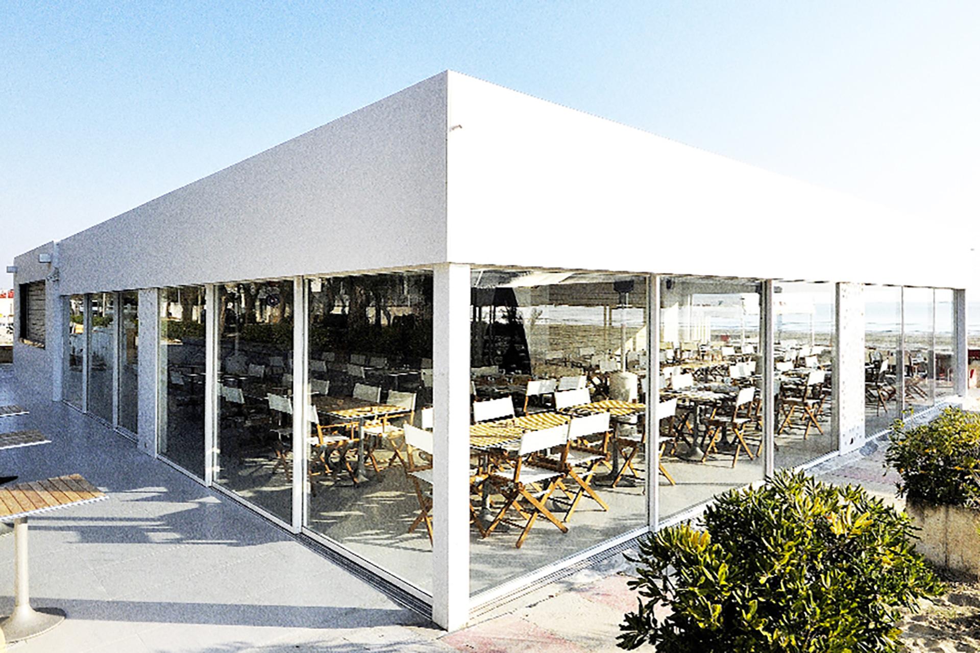 ristorante maremoto. il nuovo manufatto rivestito con pannelli di forex e tamponato con vetrate.