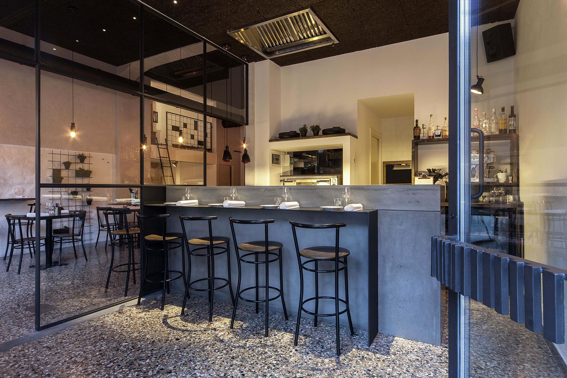 nana piccolo bistrò. il bancone in cemento realizzato dall'azienda Ciriachi di Senigallia su progetto dell'architetto Francesco Valentini.