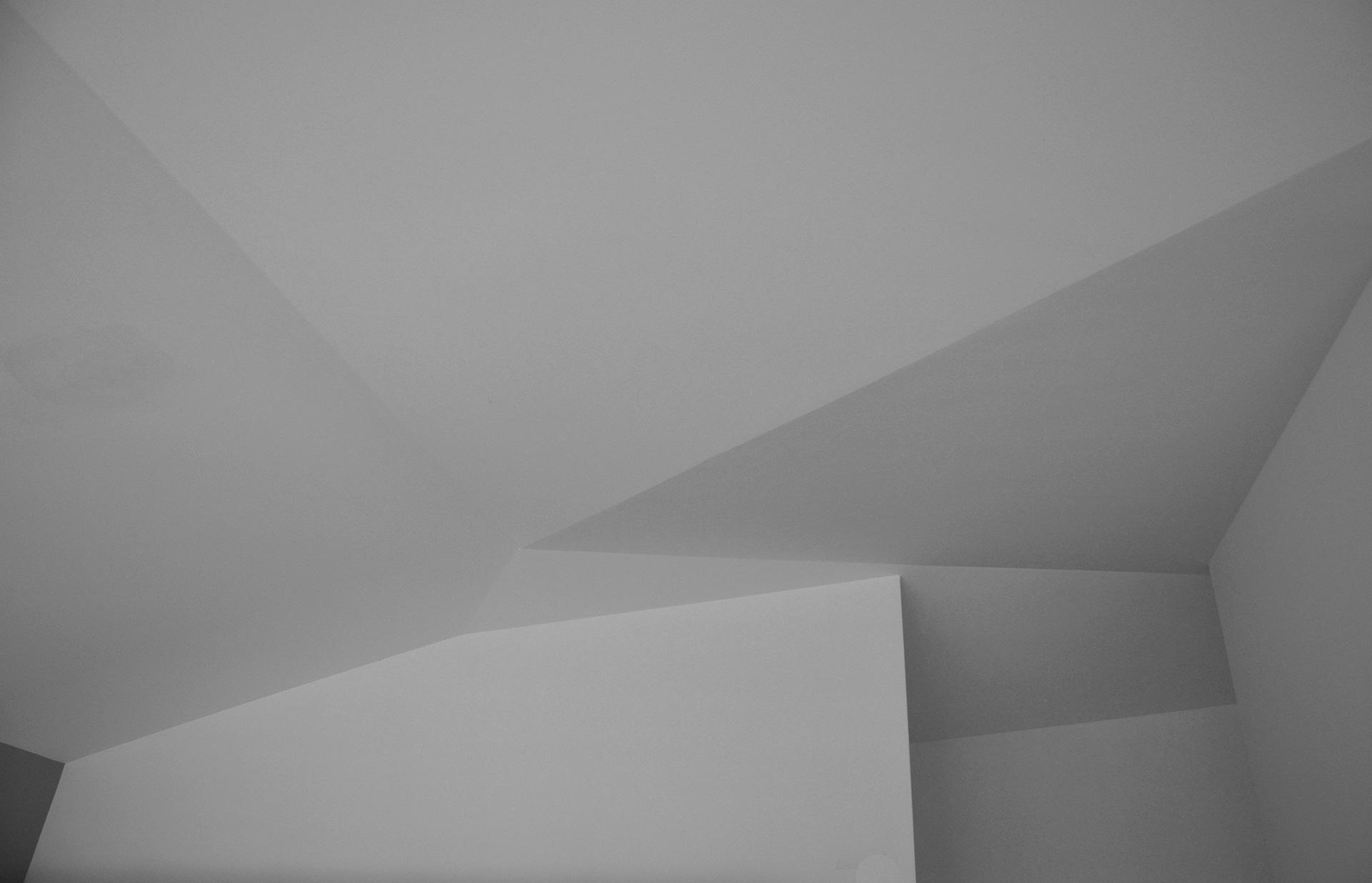 casa studio. il tetto, in laterocenento ricrea gli origami cinesi.