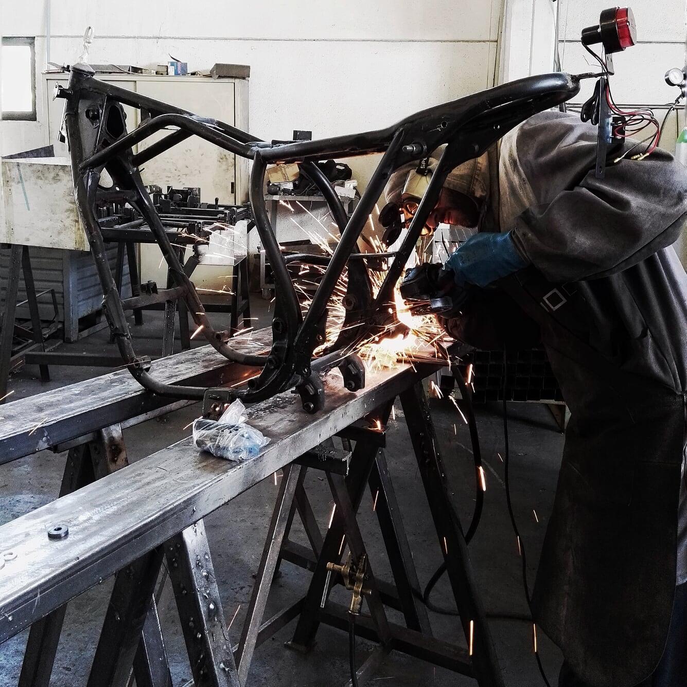 yamaha xj550. lavorazione al telaio in officina.