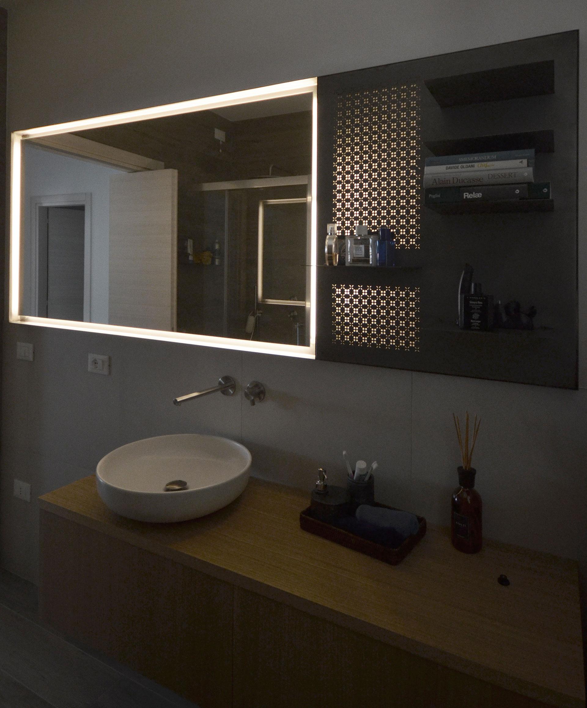 specchio. vista contrapposta con luce accesa