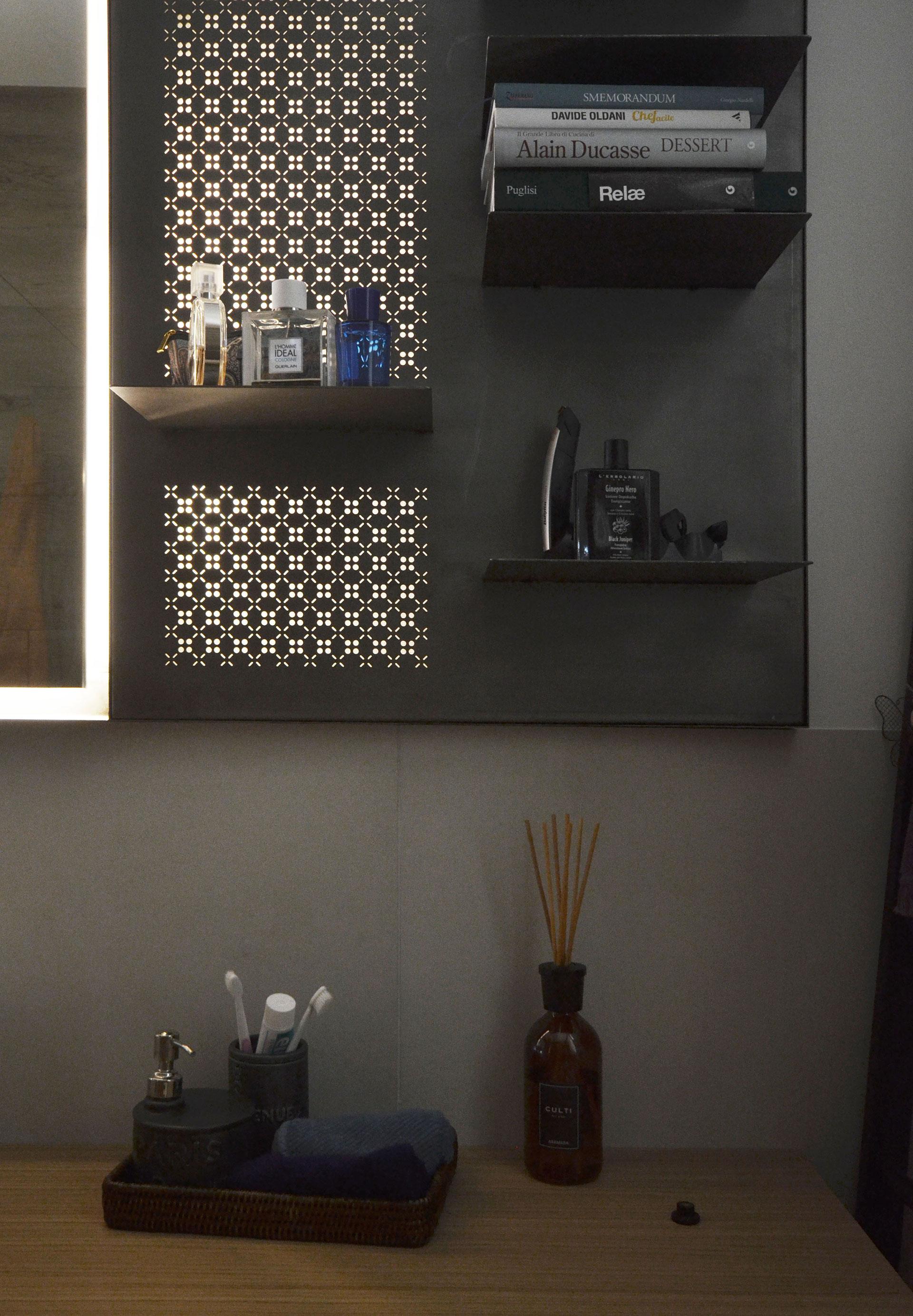 """specchio. vista frontale e dettaglio della """"lampada"""""""
