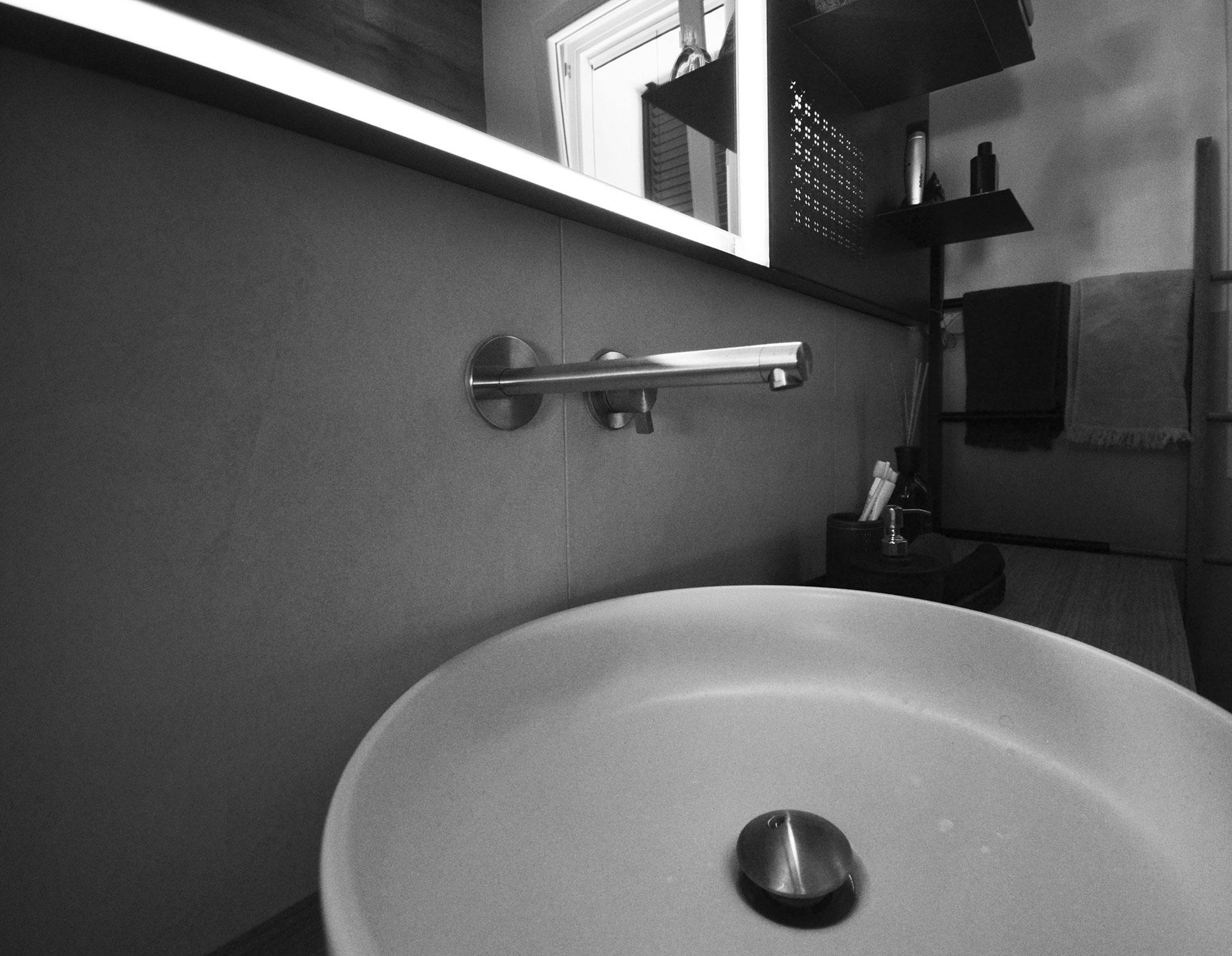 specchio. zoom su lavabo