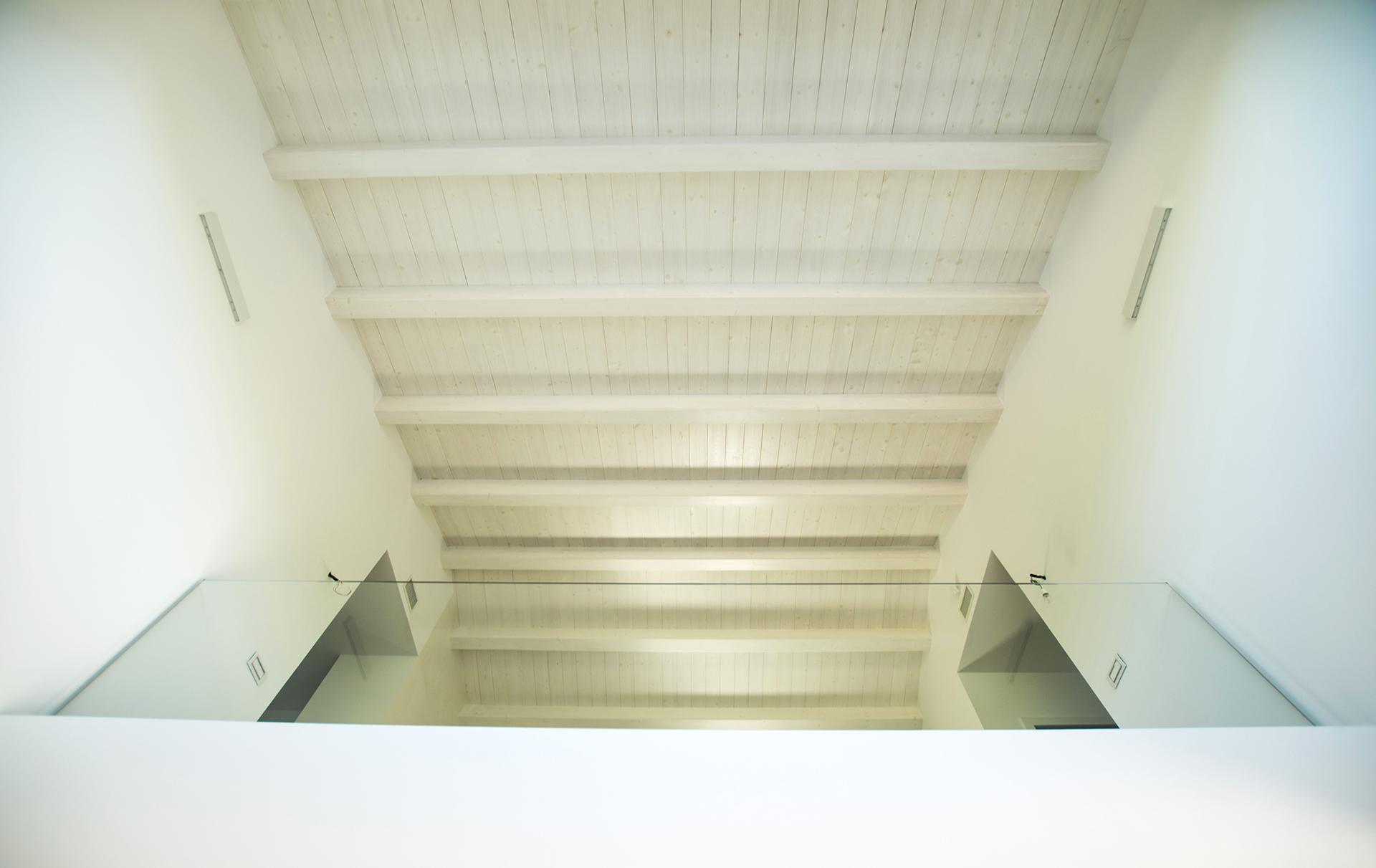casa AI GR. veste total white per pareti e soffitto in legno.