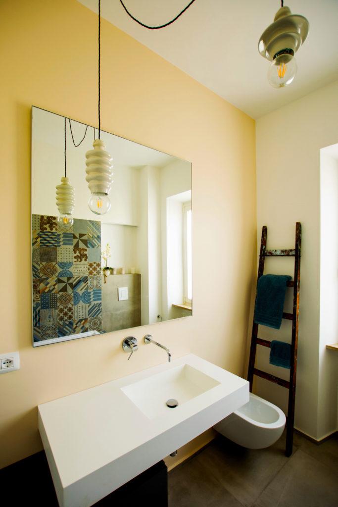 casa GR. bagno principale sui toni caldi. rivestimento dell'azienda Mutina Azuleji, disegnata da Patricia Urquiola.