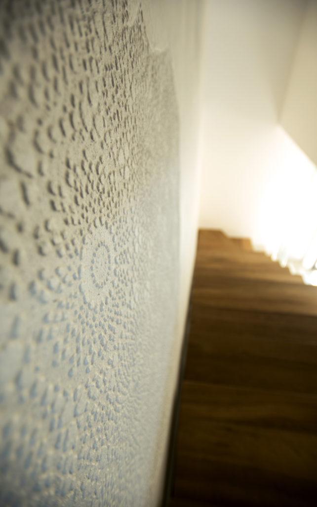 casa AI GR. particolare decoro della parete scala. La texture è stata creata utilizzando tovaglie in PVC e plastica.