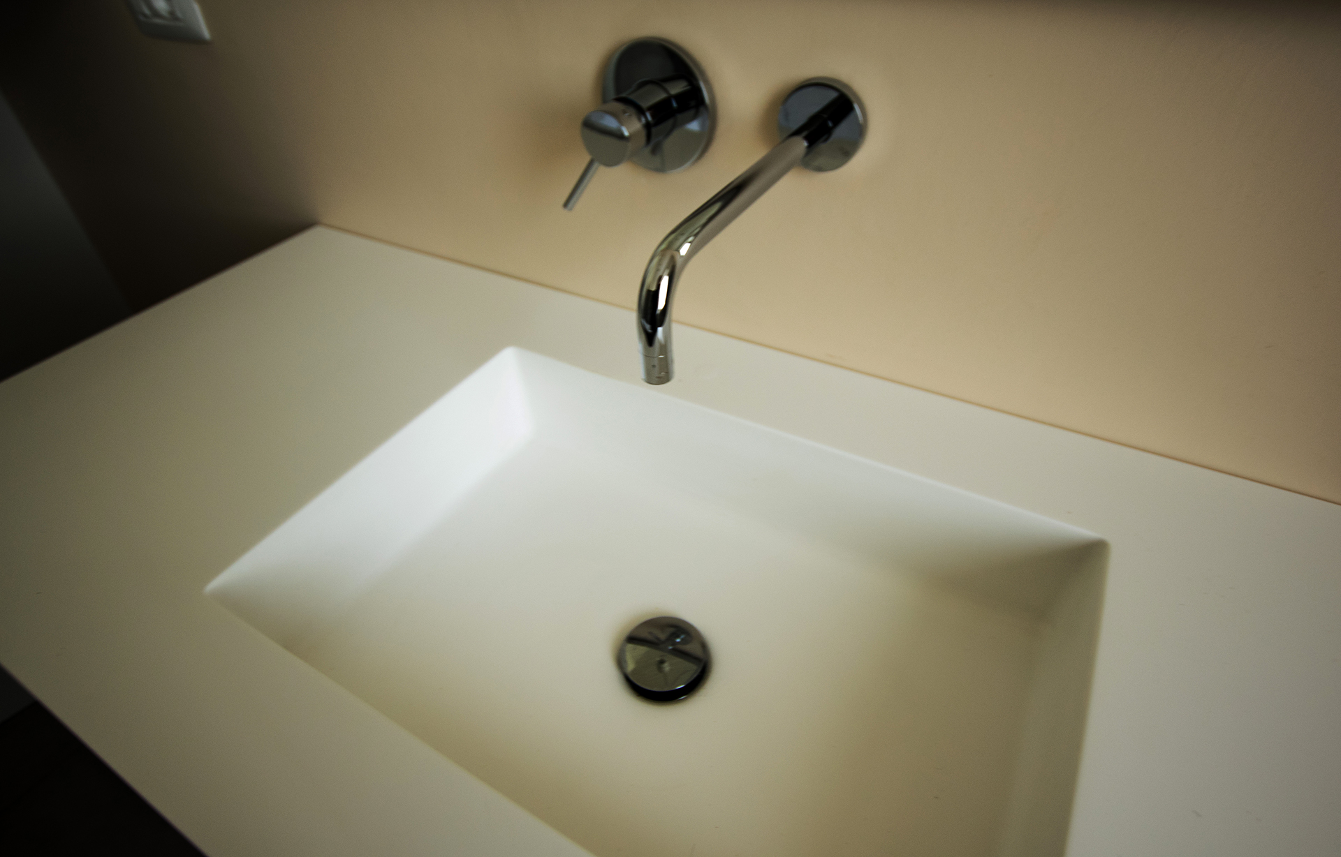 casa GR. bagno principale sui toni caldi. particolare del lavandino.
