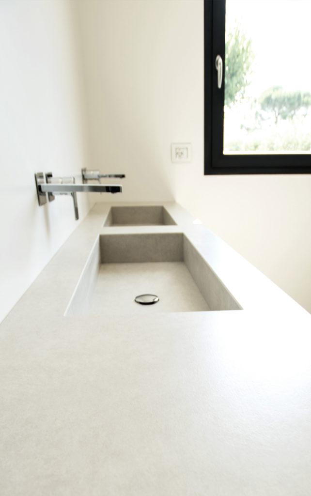 casa AI GR. come tutta la zona giorno rivestita a pavimento con Laminam, così i bagni sono caratterizzati da questi rivestimenti in gres. Come i lavandini, realizzati su disegno e rivestiti con il medesimo materiale.