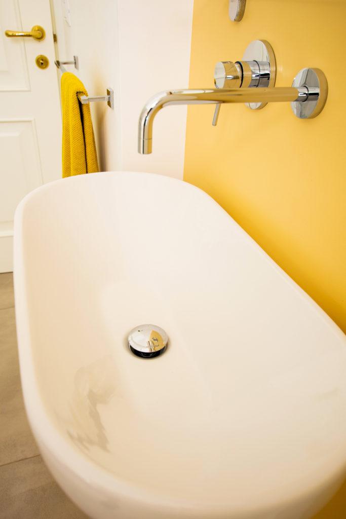 casa GR. bagno secondario sui toni caldi. rivestimento dell'aienda Mutina.