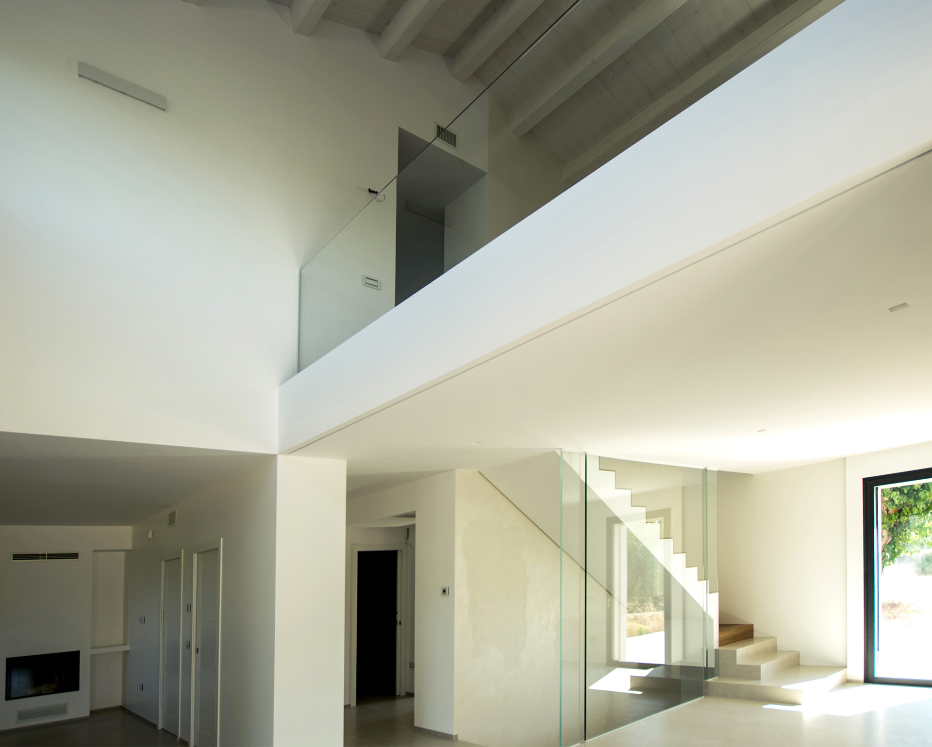 casa AI GR. le linee pulite geometriche e minimali riaffiorano in ogni angolo della casa. Il tetto in legno sbiancato è percepibile dal piano terra grazie all'enorme doppia altezza che da respiro a tutta la zona giorno.