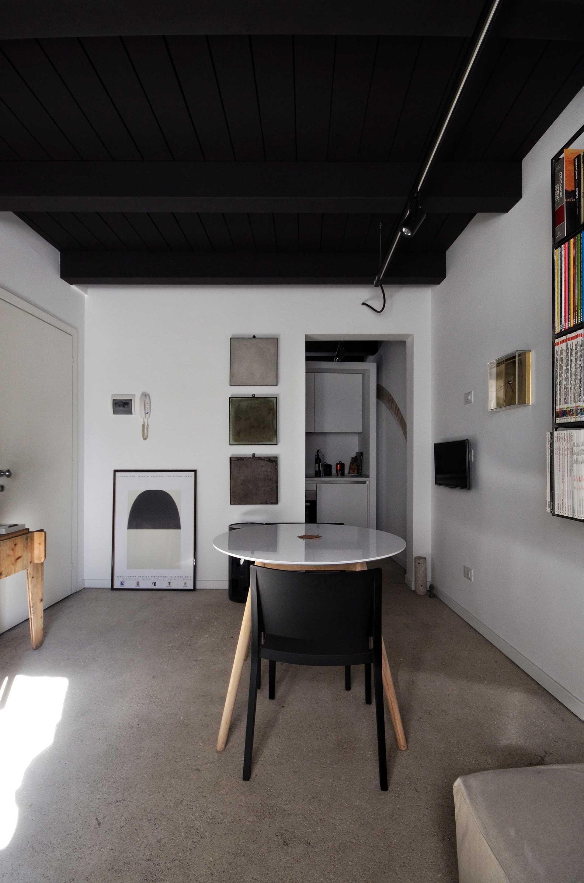 casa CM127. veduta del varco ed in sfondo la quinta cucina.