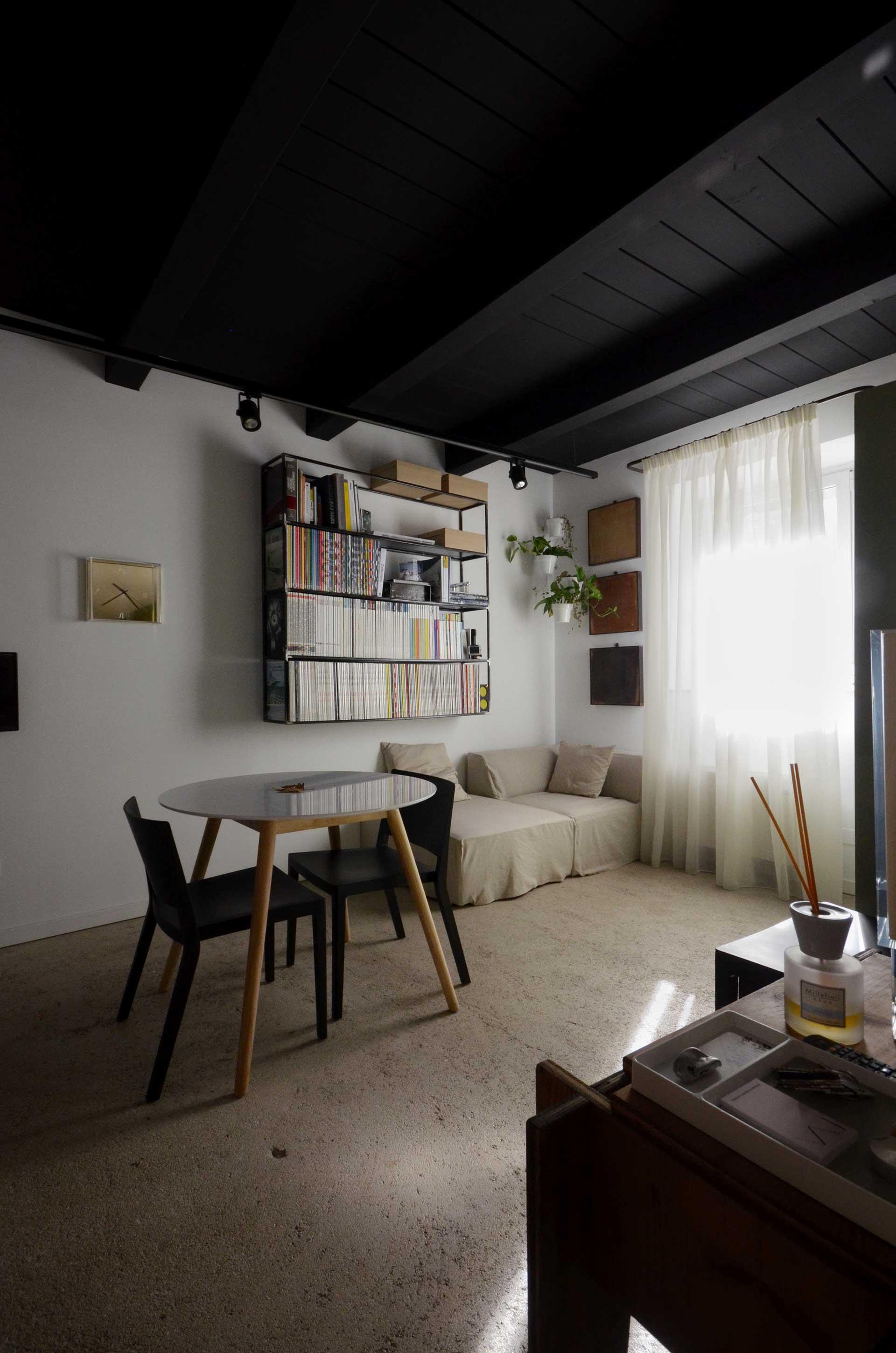 casa CM127. La zona di ingresso al piccolo laboratorio di architettura design.