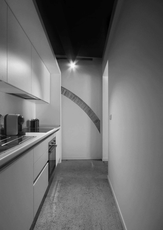 casa CM127. veduta del disimpegno operativo della zona cucina. Sullo sfondo un vecchio arco riportato alla luce.