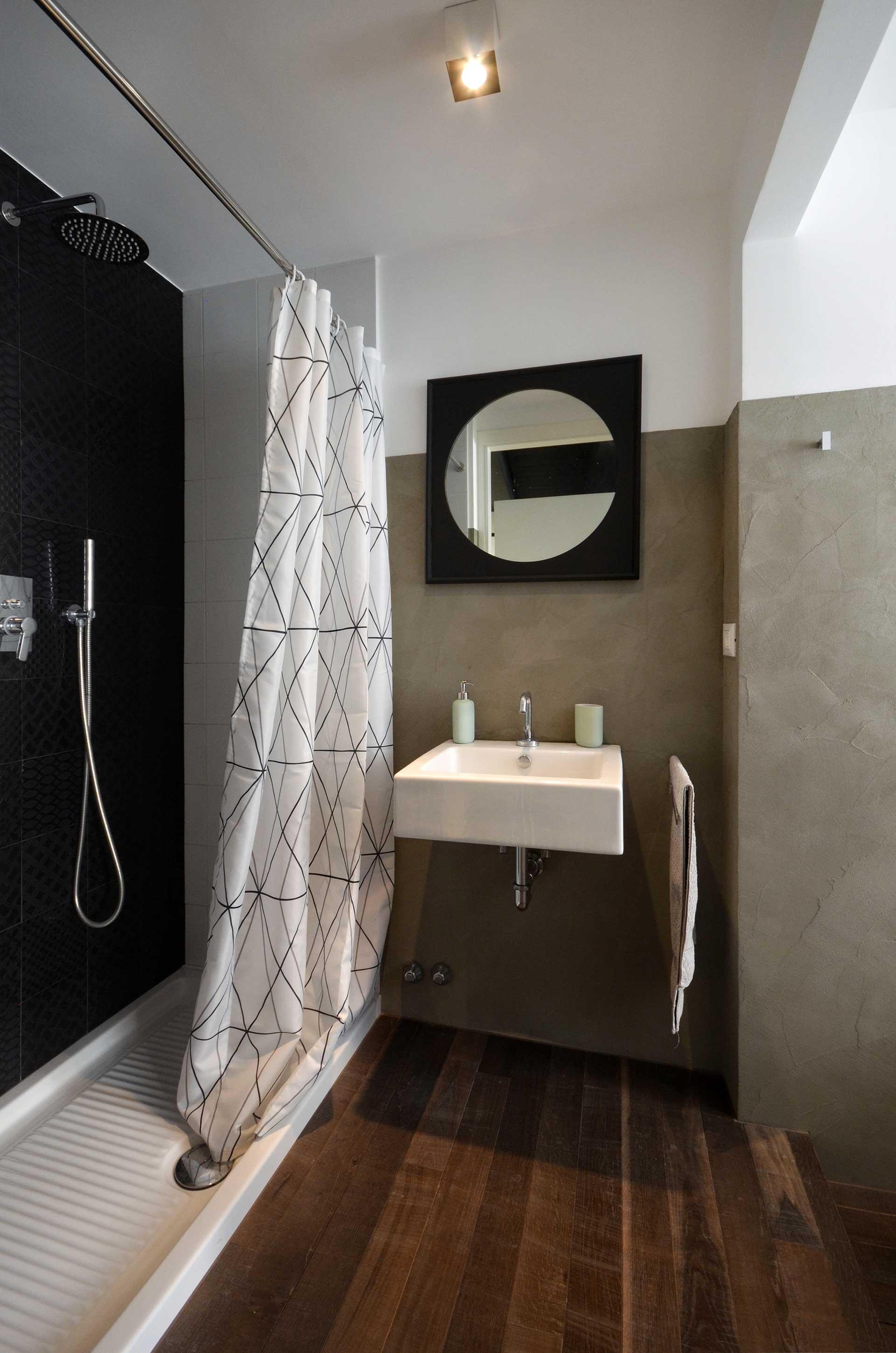 casa CM127. la zona lavandino e la doccia.