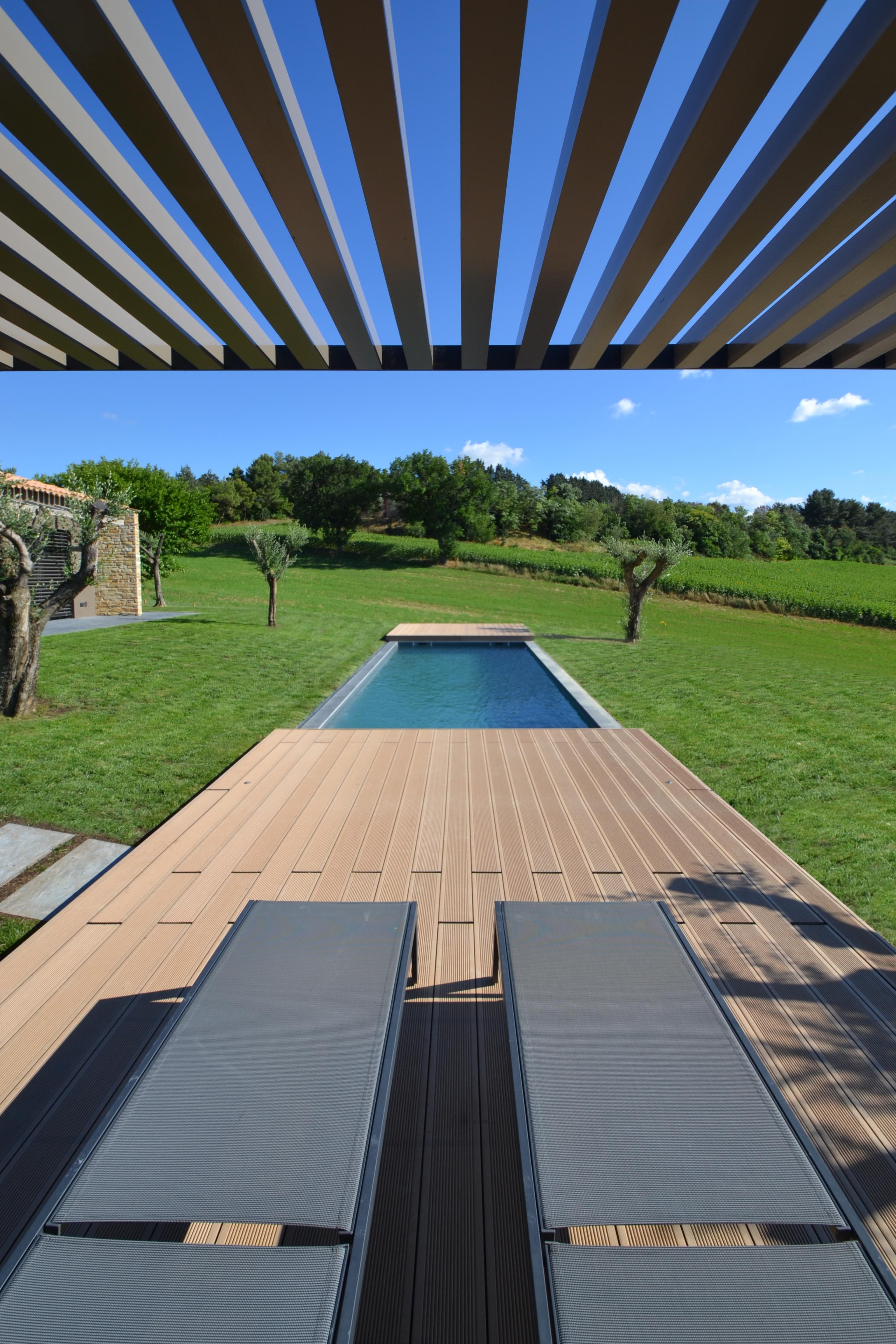casa HR. Il decking esterno. Uno spazio dinamico: la pedana retrattile sulla piscina.