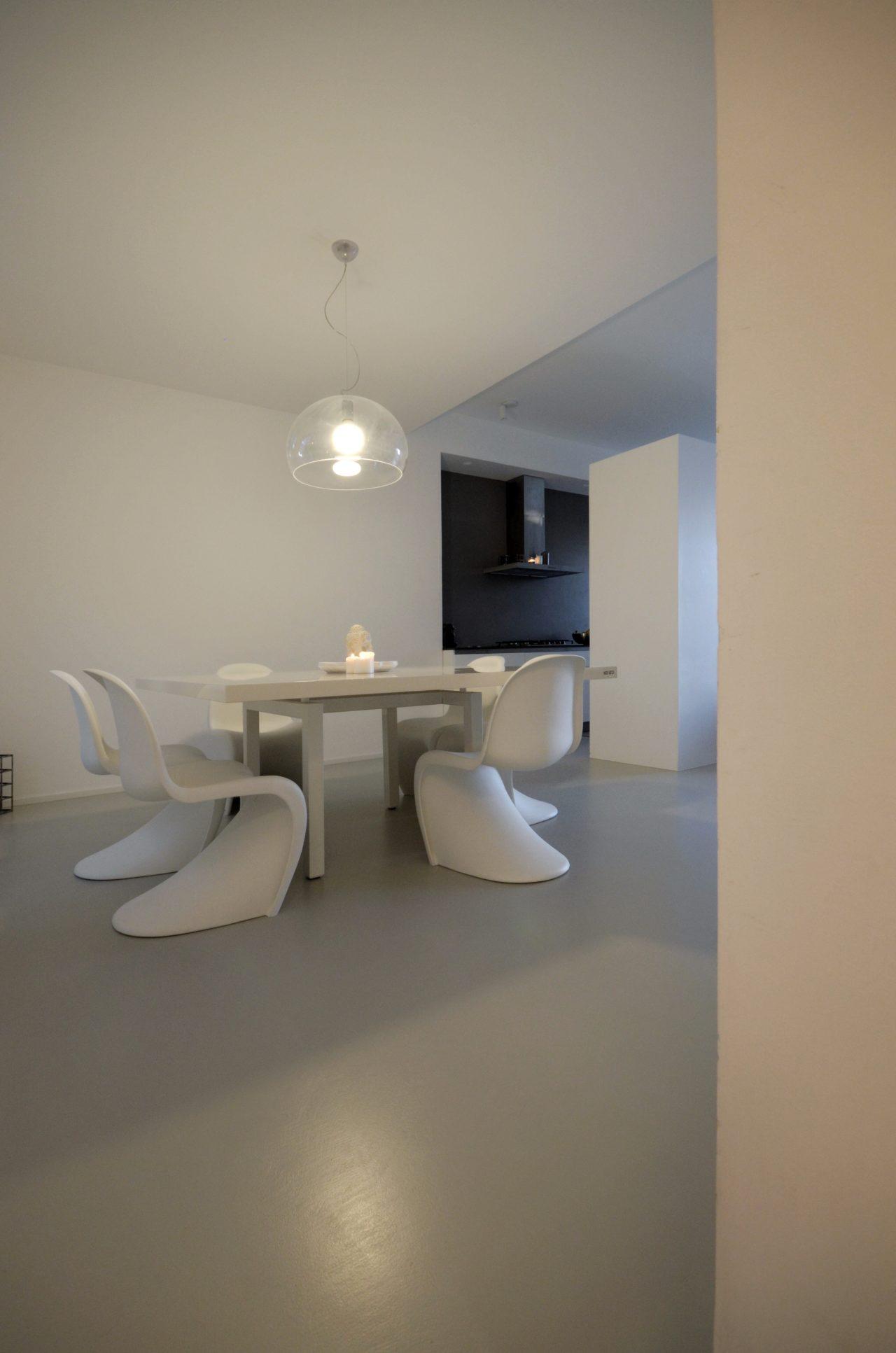 casa SQ AA. la zona giorno concepita come un grande open space. la cucina risulta discreta grazie alla presenza della quinta contenitiva delle colonne.