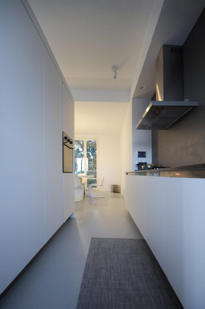 casa SQ AA. lo sviluppo lineare della cucina che risulta anche molto funzionale.
