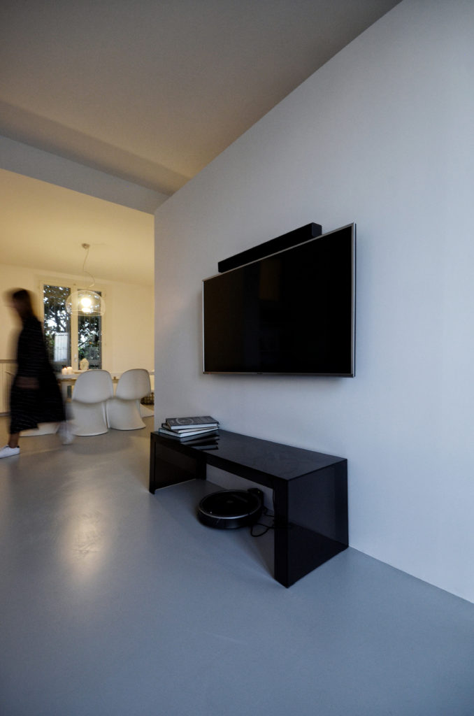 casa SQ AA. la presenza della quinta che diviene anche mobile TV per la zona divani/lettura.