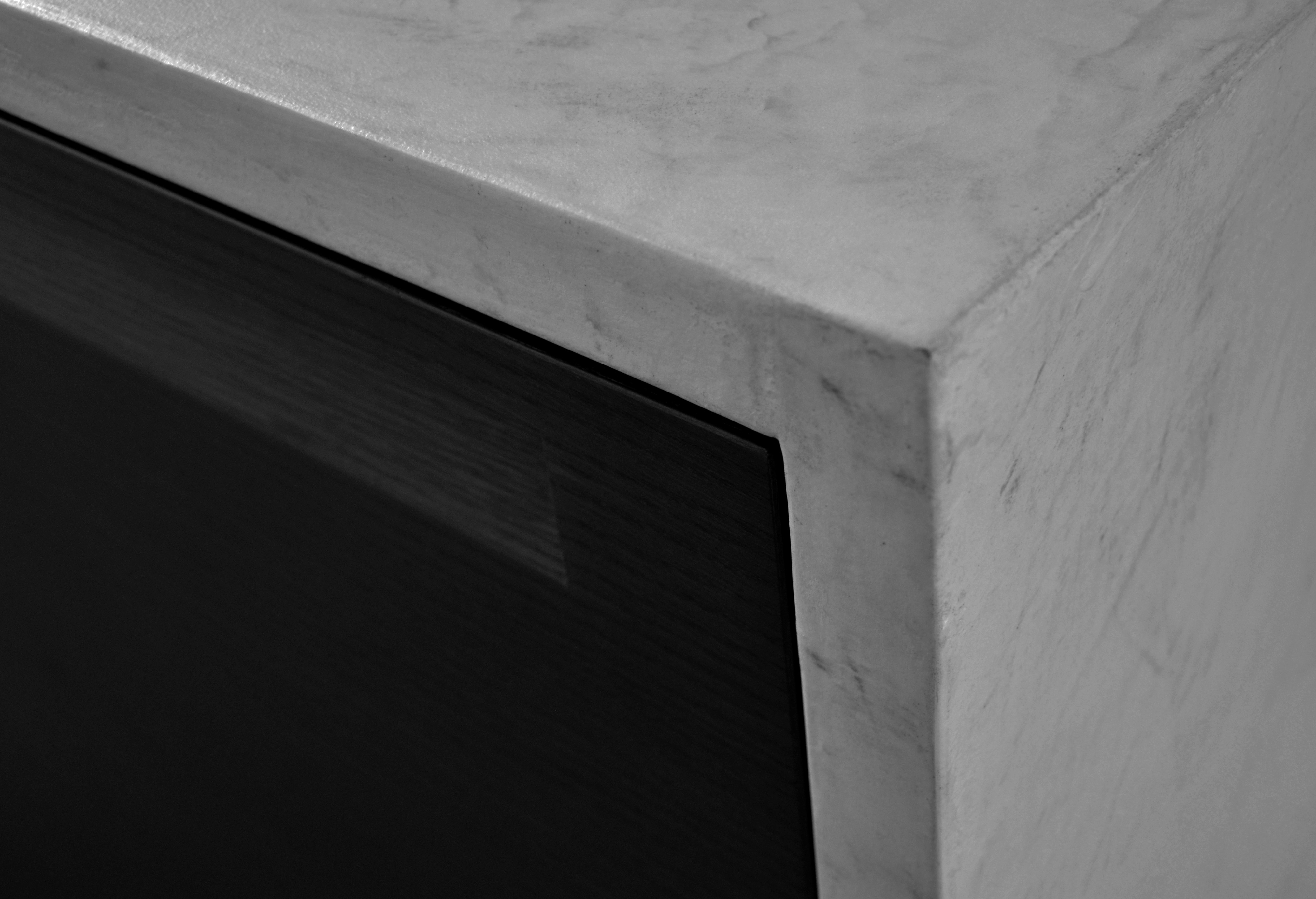 casa MB SR. la zona cucina. dettaglio isola cucina contenitiva. piano e fianchi rivestiti con microcemento dell'azienda sirio group.