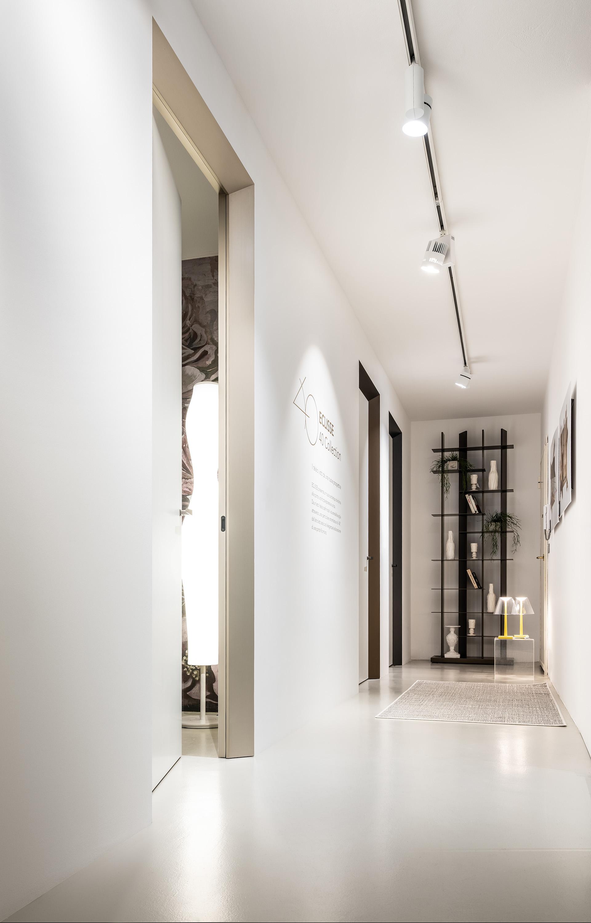 eclisse40 Collection - vista dello showroom di Milano in via delle Armi 2 - porta aperta