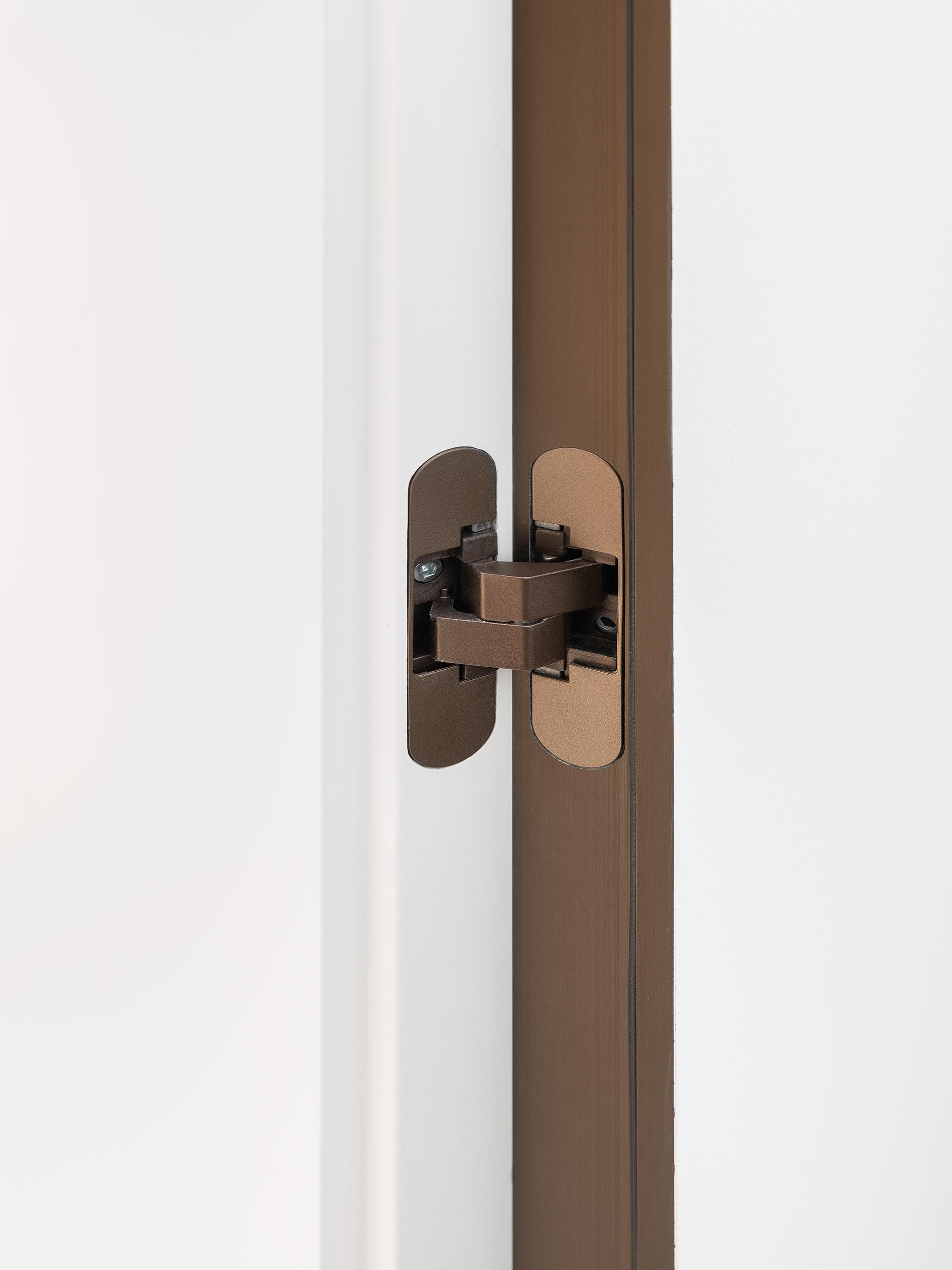 eclisse40 Collection - vista dello showroom di Milano in via delle Armi 2 - particolare cerniera finitura bronzo scruro