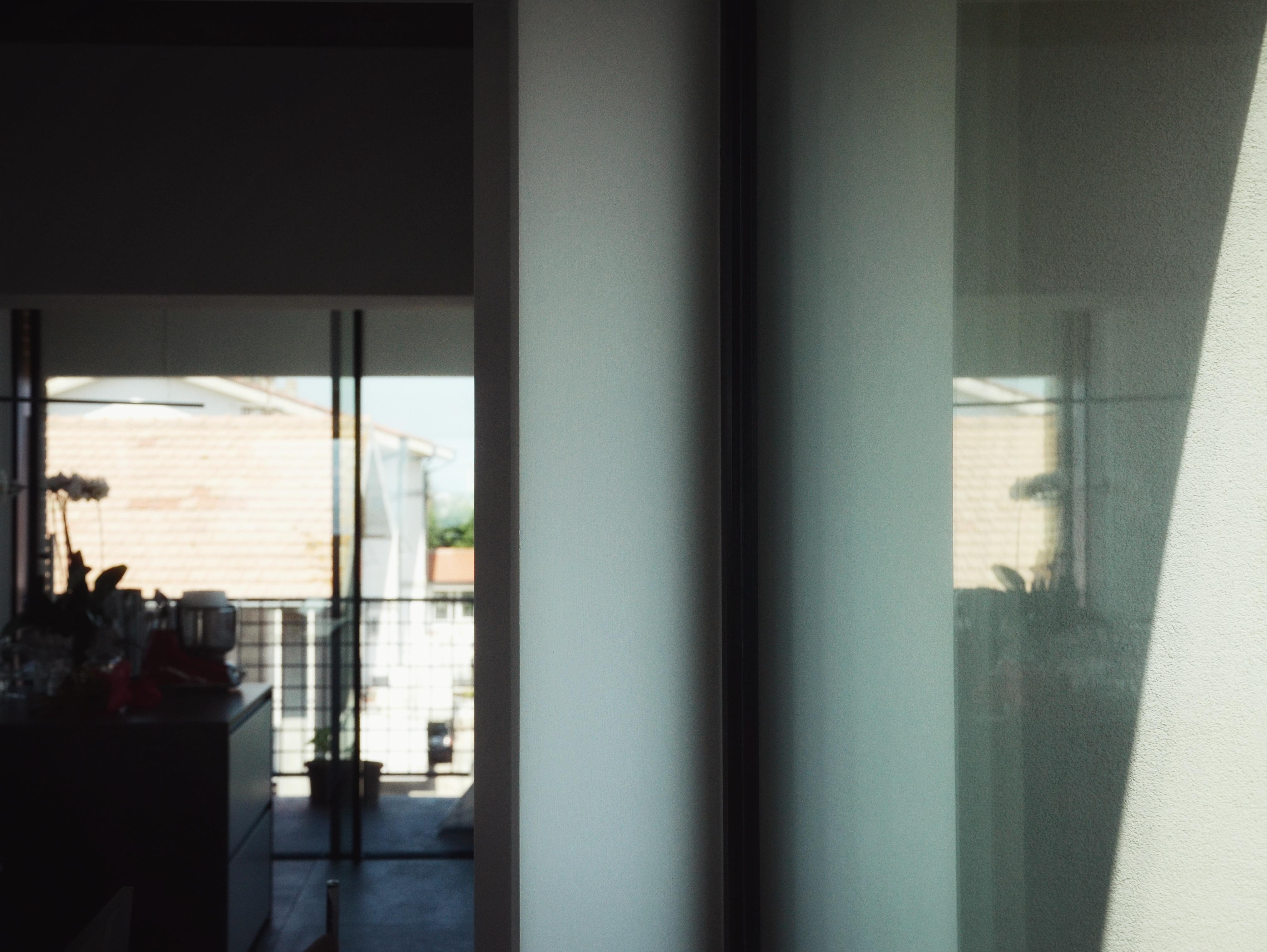 casa MTT FF dettaglio luci ed ombre dalla grandi vetrate